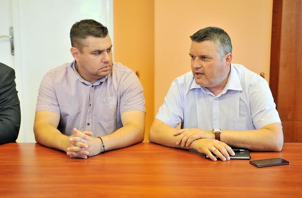 Burján Ferenc az újonnan megbízott (b) és leköszönő Vincze Tibor (j) közbiztonsági referens (Fotó: Rajki Judit)