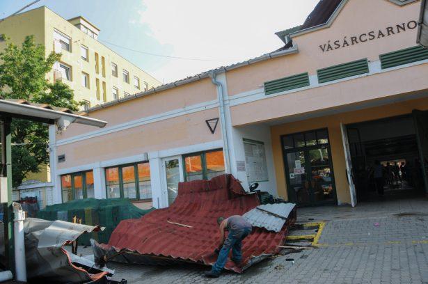 A bejárat elé esett a leszakított tető (Fotó: Kecskeméti Krisztina)
