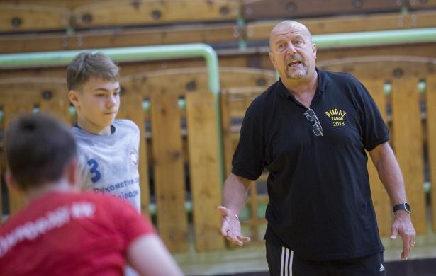 Edzés közben mester és tanítványai. Az utánpótlásnevelés kiemelten fontos a klub számára (Fotó: Rosta Tibor)