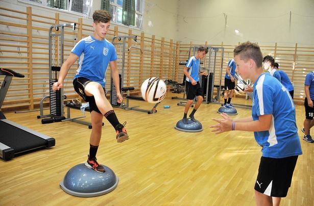 A bosu-labdákkal jól fejleszthető a koordinícáiós képesség (Fotó: Rajki Judit)
