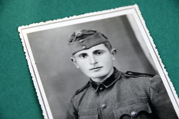 1942-ben sorozták be, '44-ben esett fogságba és '46-ban szerelt le Béla bácsi (Fotó: Kecskeméti Krisztina)