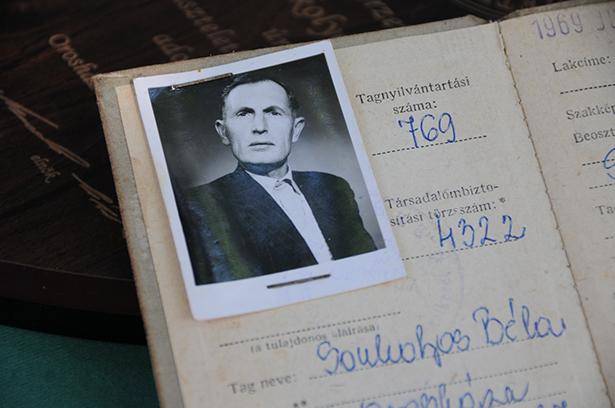 Tagsági könyv a Béke TSz-beli időkből (Fotó: Kecskeméti Krisztina)
