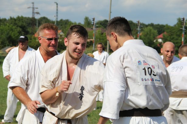 Zsiga Bence (középen) siekeres övvizsgájával tízdanos lett a Zsiga család (Fotó: Lehoczki Imre)
