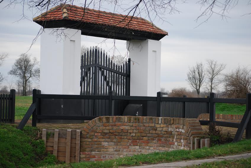 A tótkomlósi evangélikus temető helyreállított kapuja (Fotó: dr. Kancsó János)