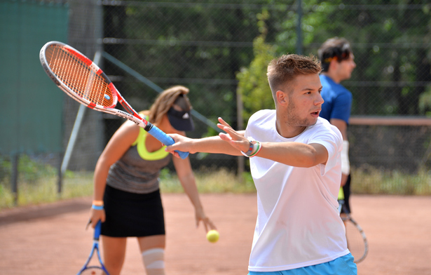 Kortól és nemtől függetlenül mindenki várnak az I. Orosházi Teniszfesztiválra (Illusztráció: Rajki Judit)