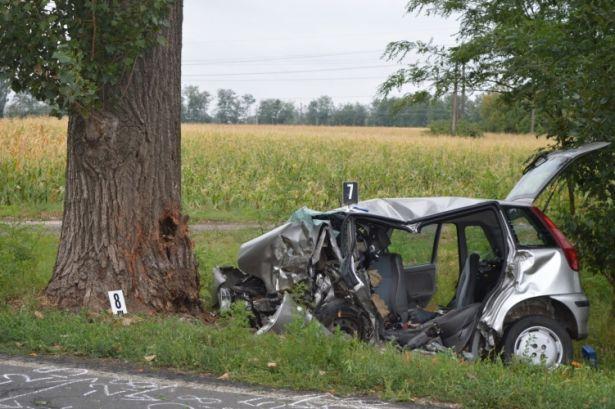 Semmi nem maradt a gépkocsi elejéből (Forrás: police.hu)