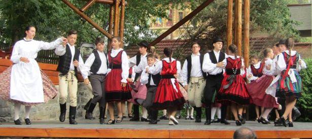 Nagy sikere volt a két csoport közös bemutatójának Tusnádfürdő főterén (Fotó: együttes)