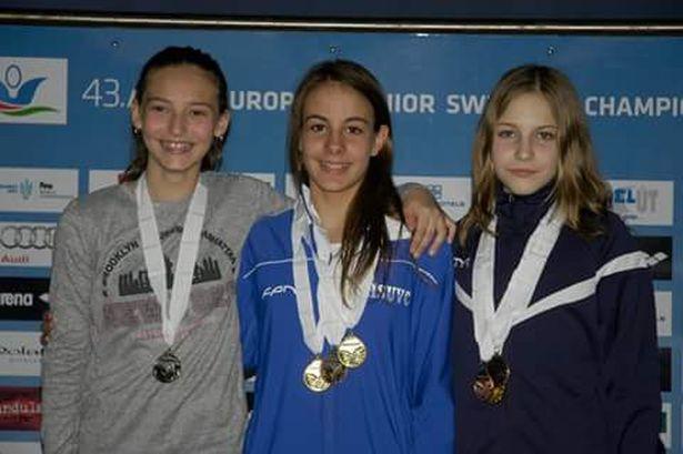 Három arany Papp Vivien (középen) nyakában a Tavaszváró Nemzetközi Úszóversenyen (Fotó: család)