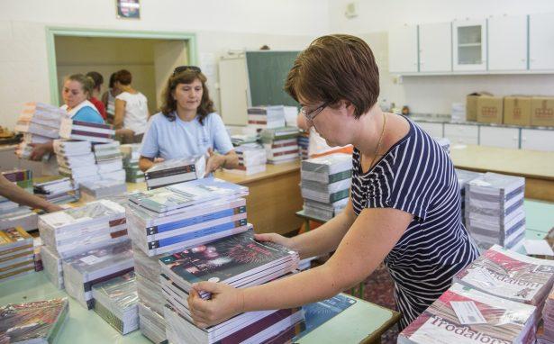 Ettől a tanévtől 1-9. évfoylamig ingyen jutnak tankönyvhöz a diákok (Fotó: Rosta Tibor)