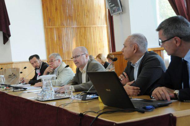 Füvesi Sándor (középen) aggályosnak tartja, hogy közterületet akarnak értékesíteni (klikk a képre) Fotó: Kecskeméti Krisztina