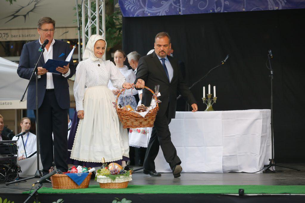 Zalai Mihály, a megyei közgyűlés elnöke a színpadon (Fotó: Zentai Péter)