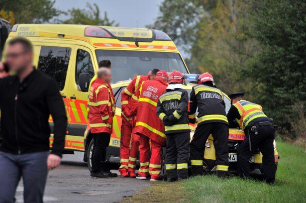 A busz alá szorult embert a mentők és a tűzoltók közös erővel szabadították ki (klikk a képre) Fotó: Rajki Judit