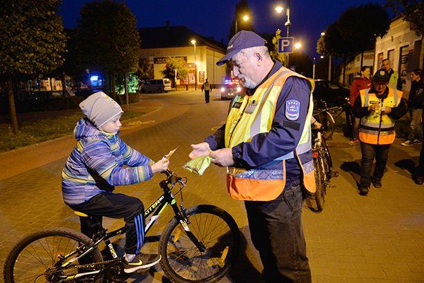 Az önkéntesen segédkező polgárőrök számos ajándékot kiosztottak a felvonulók között (Fotó: Kecskeméti Krisztina)