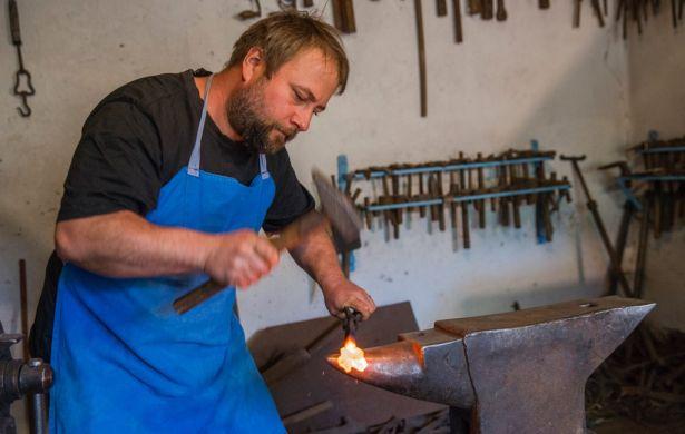 Munka közben: formálódik a vas Tamás hozzáértő kezei nyomán (Fotó: Rosta Tibor)